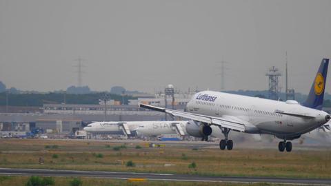 Lufthansa Airbus 321 landing Live Action