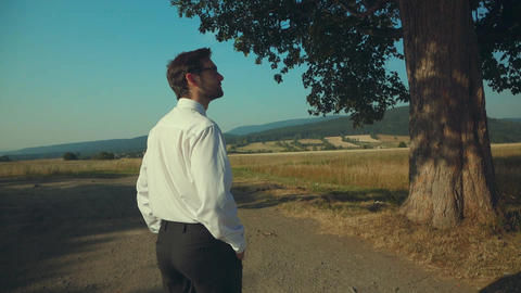Young businessman resting in the countryside Filmmaterial