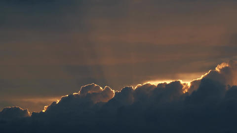 Rays of the setting sun above curling clouds in the evening ビデオ