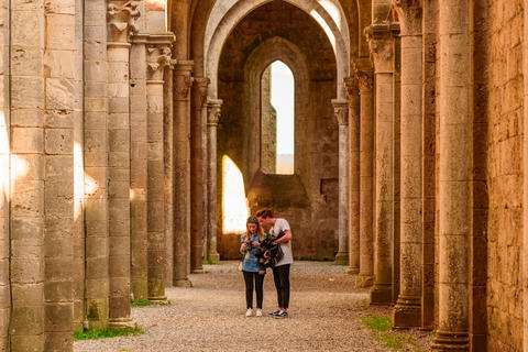 Tourists visit an ancient abbey in Tuscany Foto
