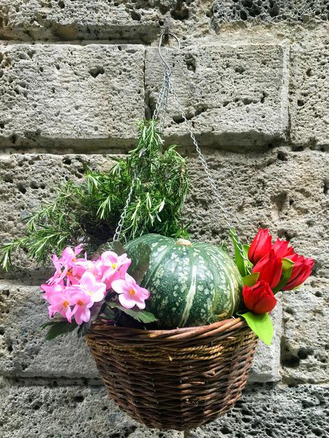 A wicker basket flowers Fotografía