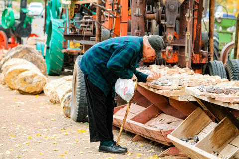 An elderly man tries to buy the stones in a Moab store while it Foto