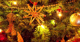 Beautiful zooming close up footage of a Christmas trees with flicking lights and Archivo