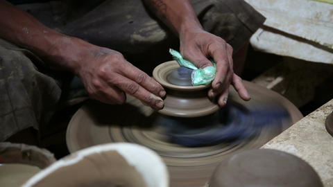 Making traditional pottery ビデオ