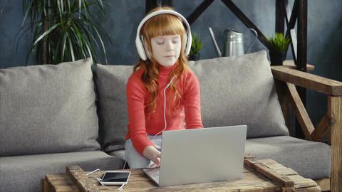 Little gir using laptop Filmmaterial
