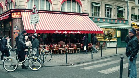 PARIS, FRANCE - DECEMBER, 31, 2016. Parisian cafe with awning and urban traffic Foto
