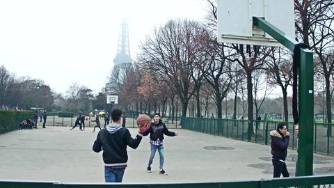 PARIS, FRANCE - DECEMBER, 31, 2016. Teenagers playing street basketball against Foto