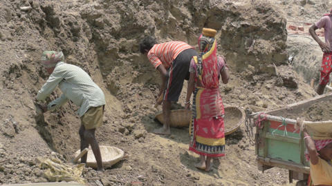 Indian family working as labours Archivo