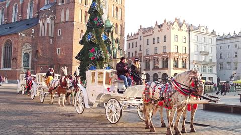 KRAKOW, POLAND - JANUARY, 14, 2017 Retro horse drawn carriages and Christmas フォト
