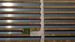 zoom out shot of solar panels ライブ動画