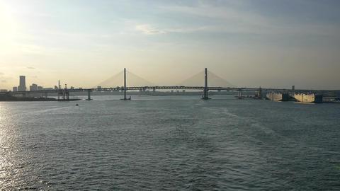 shot of the busy yokohama bridge ビデオ