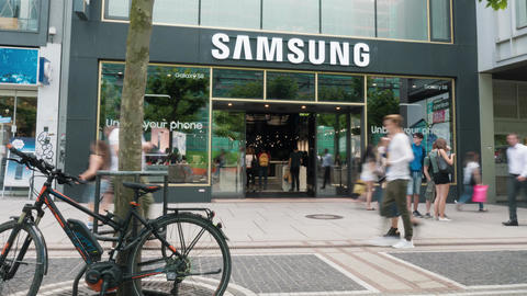 Samsung Store downtown Frankfurt timelapse with people walking around ภาพวิดีโอ