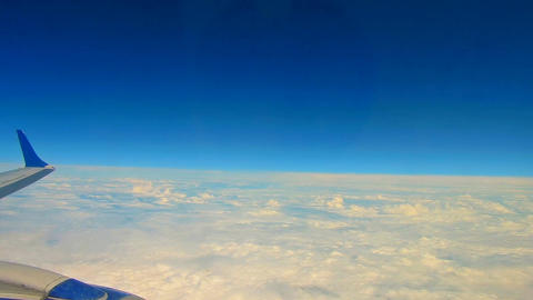 Wing of airplane on sky and cloud on moving Archivo