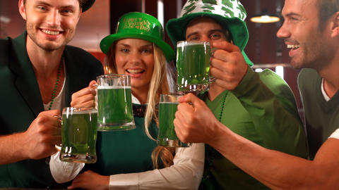 Happy friends celebrating St Patrick day Filmmaterial