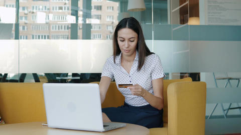 Young woman using credit card online Archivo