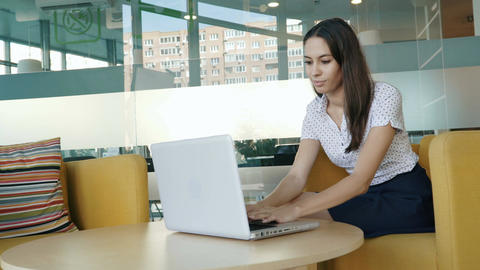 Young woman working on a computer Archivo