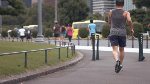 People running on the streets of the city Archivo