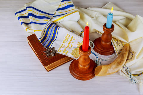 Shabbat eve table with covered candles Fotografía