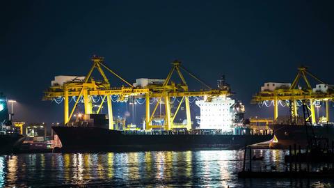 Cargo ship loading 画像