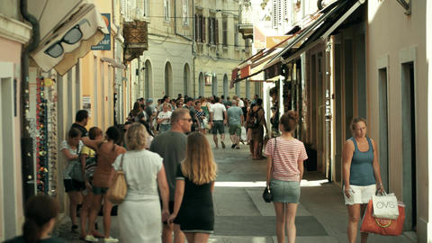 PULA, CROATIA - AUGUST 4, 2017. Crowded tourist street Footage