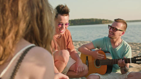 Young People Having Fun on the Beach Filmmaterial