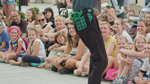 Crowd Watches Street Performance Filmmaterial