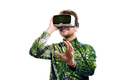 Double exposure. Man wearing virtual reality goggles. Trees Foto