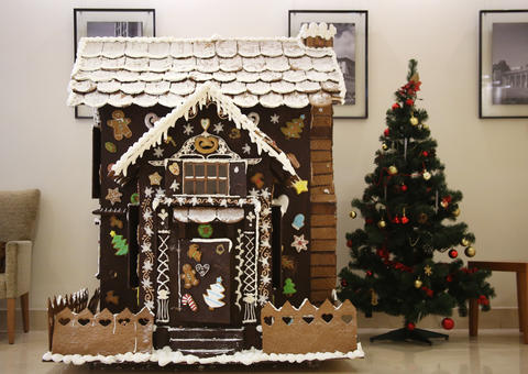 Gingerbread house and christmas tree Fotografía