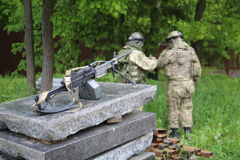 Two soldiers with a machine gun フォト