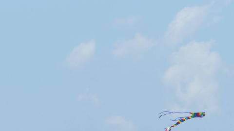 Colorful kite flying in sky Live影片