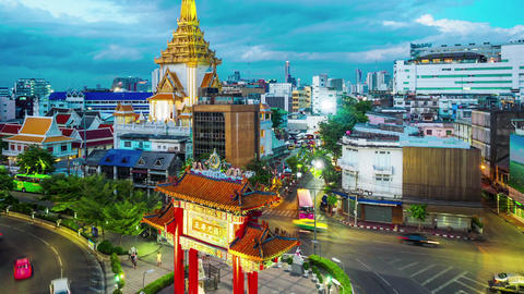 Twilight time lapse of traffic at Wat Trimitr in Bangkok Filmmaterial