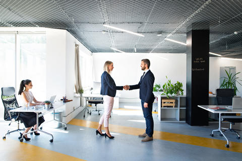 Business people in the office. Man and woman shaking hands Foto