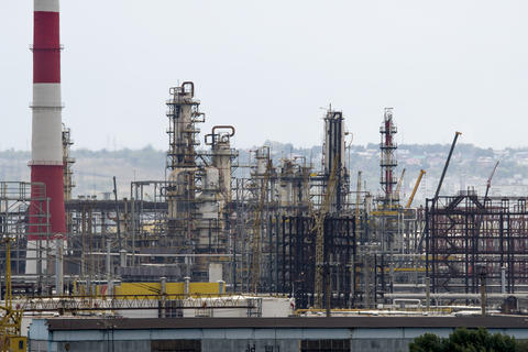 oil refinery units フォト