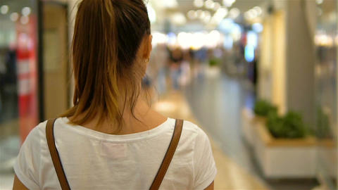 Young Woman Exploring Modern Shopping Mall In Slowmotion 画像
