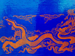 Golden dragon on a blue background フォト