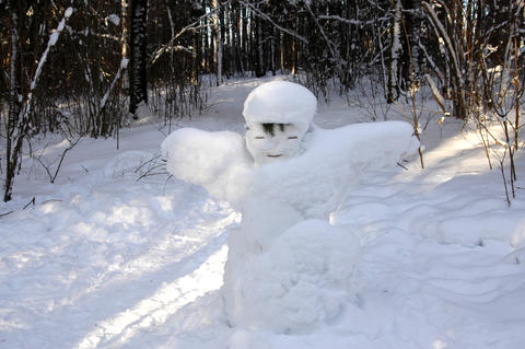 Winter fun.The children were doing in the woods snowman out of s Foto
