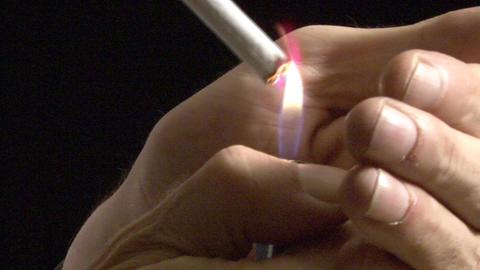 Man lighting cigarette 画像