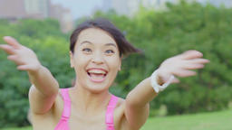 Slow motion-woman welcome the jogging together with her Live影片