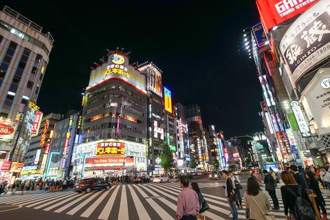 Blurred of people walking across Shibuya crossing with rush crowds in street, Foto
