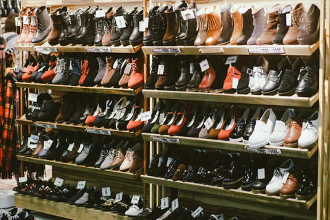Shelves with shoes at fashionable shop in Tokyo, Japan Foto