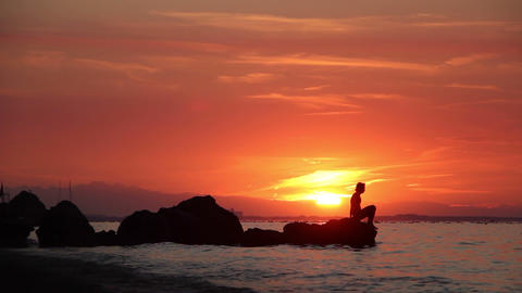 Man reaching the reef on a peaceful sunset Footage