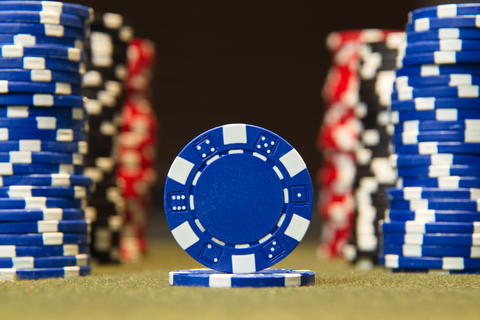 Closeup of poker chips on red felt card table surface Fotografía