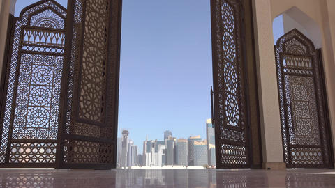 Skyscrapers of Doha through the Openwork Door of the Mosque 画像