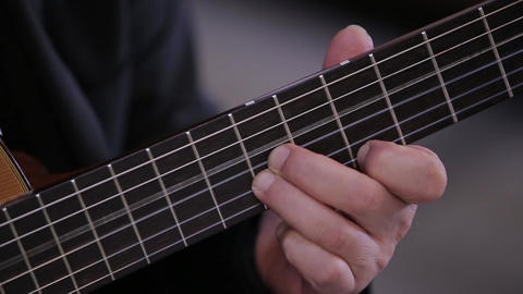 Man hand guitar strings strummed Archivo