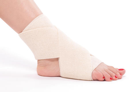 Women's ankle tied with an elastic bandage Fotografía