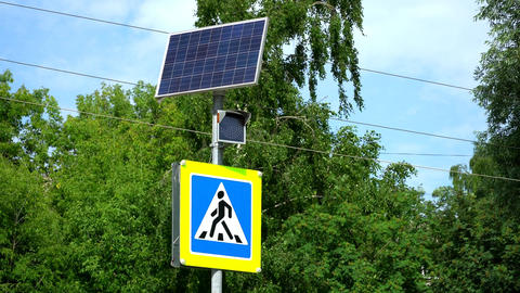 Traffic light with pedestrian crossing sign. The light is powered by solar Archivo