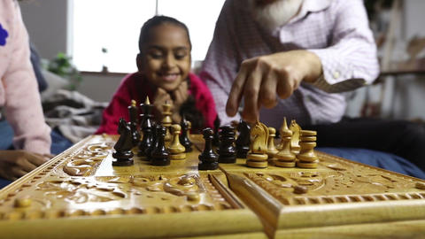 Human hands moving chess pieces on chessboard ライブ動画