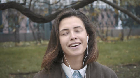 Beautiful girl with headphones listening to music ビデオ