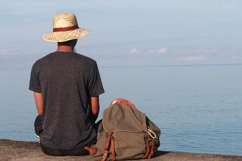 man with hat blue sea koh kood beautiful view wallpaper background Foto