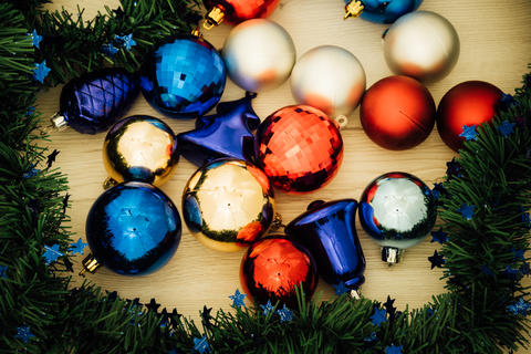 Christmas ornaments on a table Foto